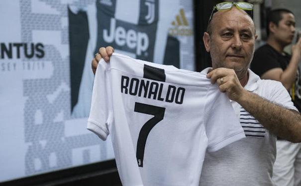 Juve fan holding Ronaldo shirt